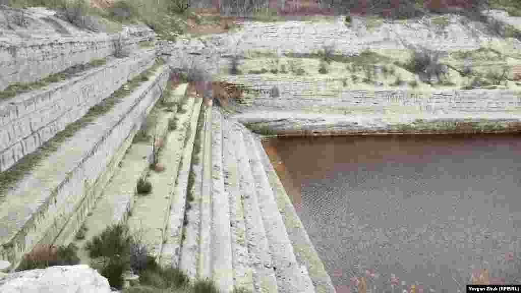 Шесть ступеней раньше были затоплены, седьмая – частично