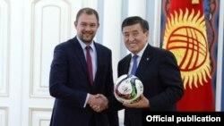 Тренер сборной КР по футболу Александр Крестинин и президент Сооронбай Жээнбеков. 24 января 2019 года.
