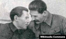 Иосиф Сталин (оңдо) менен Михаил Ежов. 1937-ж.