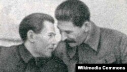 Николай Ежов (слева), руководитель НКВД, и Иосиф Сталин (справа).
