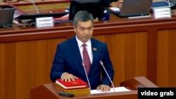 Бектен Сыдыгалиев парламентте ант берип жаткан учуру.