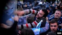Makedoniýada polisiýa protestçilere güýç görkezýär. 21-nji aprel, 2016 ý.