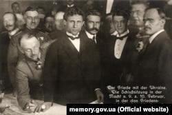 Підписанти Брестського мирного договору (зліва направо): генерал Брінкманн, Микола Любинський, Микола Левитський, Олександр Севрюк, Макс Гоффманн, Сергій Остапенко. Берестя, 27 січня (9 лютого) 1918 року