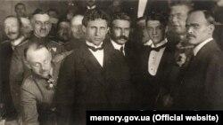 Підписанти Брестського мирного договору (зліва направо): генерал Брінкманн, Микола Любинський, Микола Левитський, Олександр Севрюк, Макс Гоффманн, Сергій Остапенко. Берестя, 9 лютого 1918 року