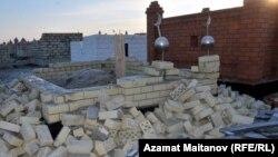 Разгромленная могила на центральном мусульманском кладбище «Ногай». Атырау, 17 января 2011 года.