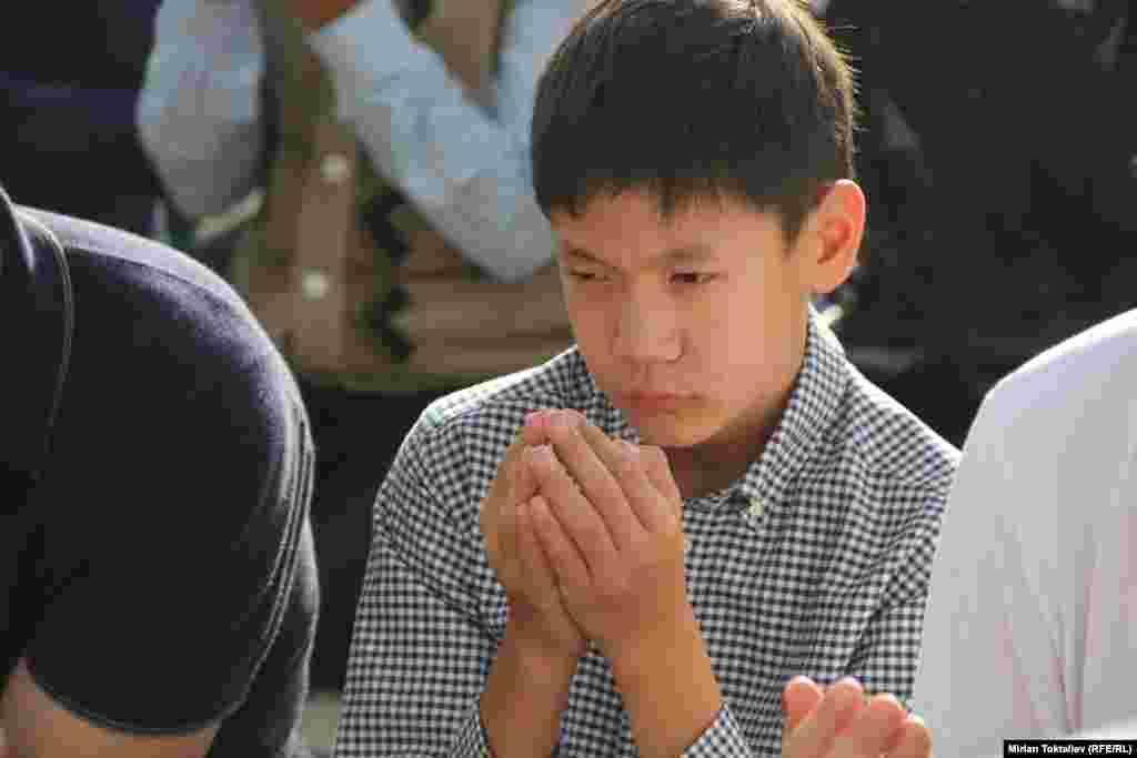 Мальчик молится в мечети в Бишкеке.