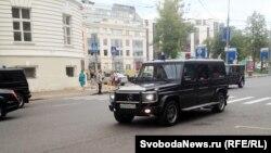 Кортеж премьер-министра Дмитрия Медведева подъезжает к зданию Высшей школы экономики