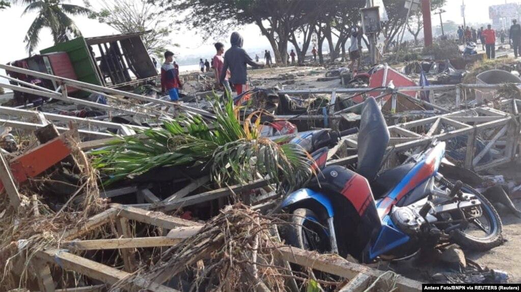Число жертв цунами в Индонезии превысило 400