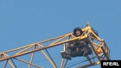 Жилищный кризис. Военный пенсионер, подполковник Даулет Жумабеков в знак протеста против решения Минобороны залез на башенный кран. Алматы, 28 ноября 2008 года.