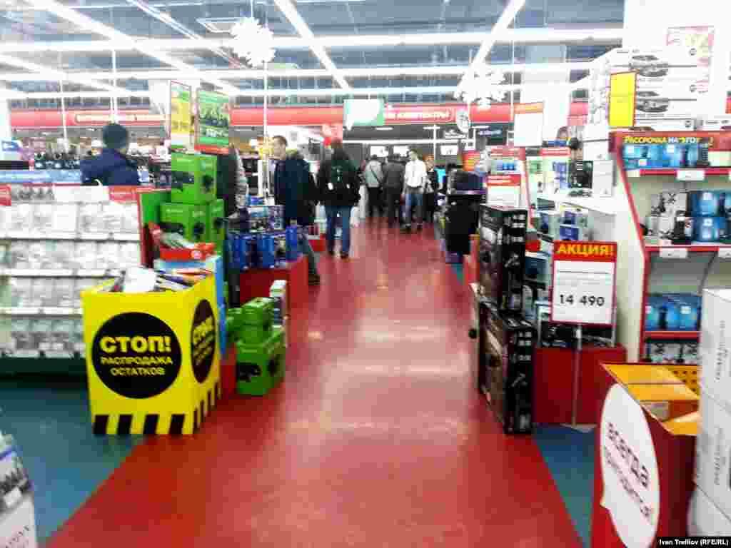 Вечер 17 декабря в одном из крупных сетевых магазинов по продаже бытовой техники и электроники. Покупателей достаточно много