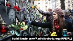 Люди оставляют цветы на мемориале Героям Небесной сотни и чтят память погибших в ходе протестов ноября 2013-го – февраля 2014 года. Киев, 21 ноября 2018 года.