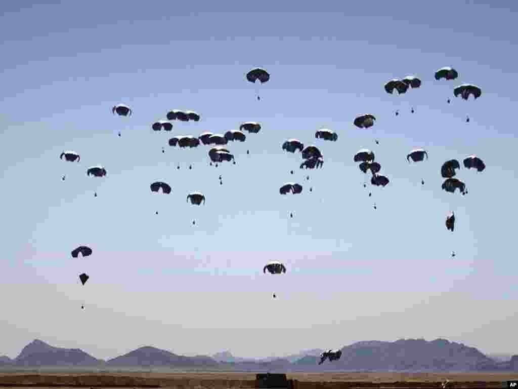 Afganistan - Dostava hrane američkim marincima na jugu zemlje, provincija Helmand, 02.06.2011. Foto: AP / Anja Niedringhaus