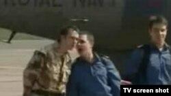 نظامیان با لباس نظامی از هواپیما پیاده شدند.