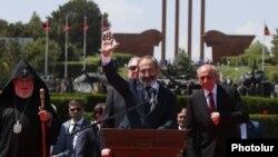 Премьер-министр Армении Никол Пашинян выступил с речью в мемориальном комплексе в Сардарапате во время празднования 100-летия Первой Республики, 28 мая 2018 г.