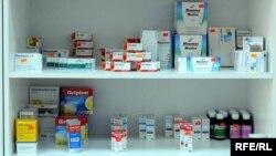 Зачастую врачи выписывают пациентам в два раза больше медикаментов, чем это необходимо. Кроме того, серьезной проблемой остается высокая стоимость многих лекарств