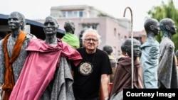 "Jens Galschiøt și ""Nava refugiaților"" la expoziția ""Documenta 14"" la Kassel, Germania, 9 iunie 2017 (Foto: Filip Singer)"