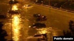 В некоторых местах поток воды оказался настолько сильным, что машины сносило с дороги