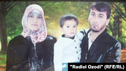 На фото: Мухаммадсаид Саидов с супругой и ребенком.