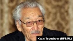 Жазушы Ғаббас Қабышұлы жиында отыр. Алматы, 9 қаңтар 2012 жыл.