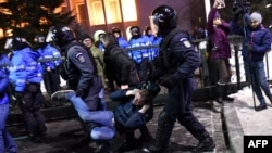 Pamje nga ndërhyrja e policisë rumune në protestën e mbrëmshme në kryeqytetin Bukuresht