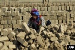 Пакистанська робітниця виготовляє цегли на заводі на околиці Лахор, 7 березня 2016 року