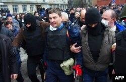 Пророссийские боевики после штурма выводят из помещения начальника милиции Горловки Андрея Крищенко, не давшего установить на РУВД российский флаг, 14 апреля 2014 года