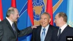 Президент Беларуси Александр Лукашенко, президент Казахстана Казахстана Нурсултан Назарбаев, президент России Владимир Путин на саммите Евразийского экономического сообщества. Минск, 23 июня 2006 года.
