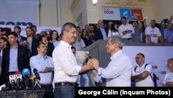 Dan Barna și Dacian Cioloș, după ce au obținut un scor important la europarlamentare.