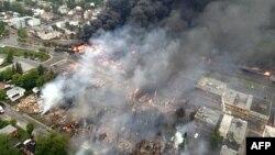 برخی از خانهها و ساختمانهای اطراف انفجار فرو ریختهاند و آتش مهیبی بخشی از شهر را در بر گرفت