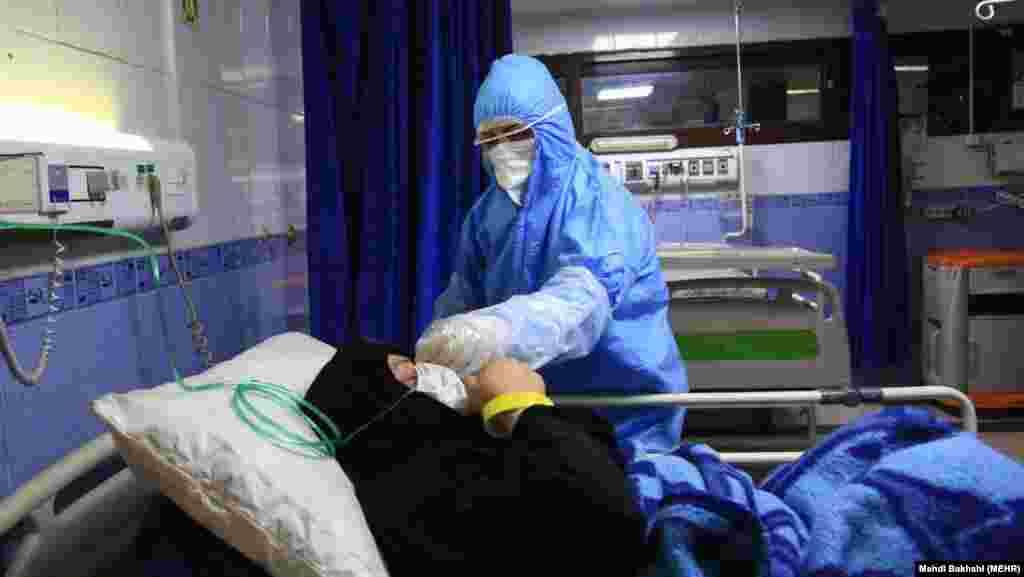 Ирандық дәрігер Гома қаласындағы ИмамРеза ауруханасында Covid-19 вирусын жұқтырған науқасты емдеп жатыр. Иранда 3500-ден астам адамға вирус жұқты. 107 адам опат болды. 4 наурыз 2020 жыл.