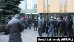 На акции протеста ипотечников у офиса Нацбанка. Алматы, 8 декабря 2015 года.
