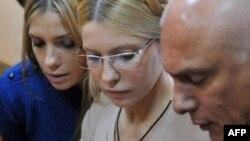 Олександр Тимошенко з дружиною та дочкою у залі Печерського райсуду