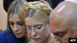 Yulia Tymoshenko (center) with her daughter and husband in a district court in Kyiv last year