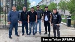 Шахтинскідегі уақытша ұстау изоляторынан босап шыққандар. Қарағанды облысы, 13 маусым 2019 жыл.