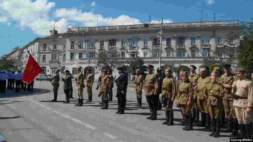 Біля пам'ятників Катерині Другій, адміралу Нахімову і Вічного вогню учасники ходи схиляли прапори