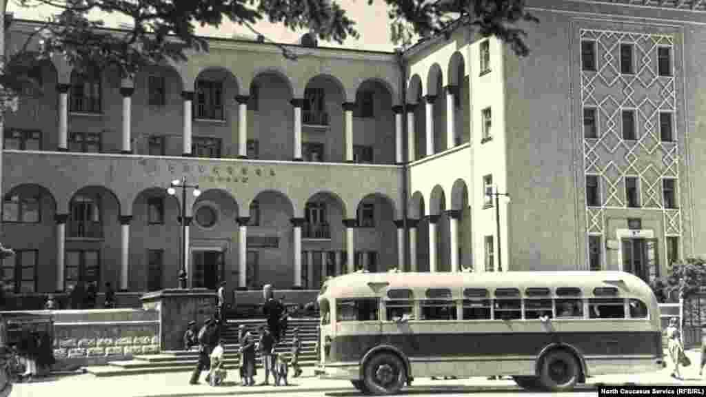 """Гостиница """"Дагестан"""", ул. Буйнакского, 1950-е гг. В наши дни здесь расположился вуз."""