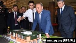Президент Назарбаев ресторандын макети менн таанышууда, Астана, 5.03.2016