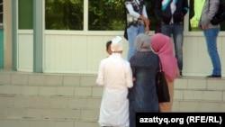 Атырау медициналық колледжінде оқитын қыздар мұсылман үлгісіндегі киімдері үшін сабаққа кіре алмай тұр. Атырау, 22 қыркүйек 2011 жыл.