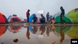 Migranți și refugiați în așteptare...