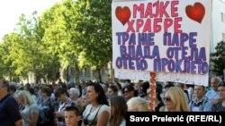 Sa protesta korisnica naknada za majke sa troje i više djece, Podgorica, jun 2017.