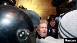 Одно из задержаний Эдуарда Лимонова на Триумфальной площади