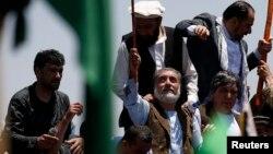 عبدالله عبدالله (در وسط تصویر) پیشتر گفته بود تا زمانی که شبهات مربوط به تقلب در انتخابات رفع نشده است اعلام نتایج باید به تاخیر بیافتد