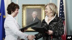 Кэтрын Эштан і Гілары Клінтан у будынку Дзярждэпартамэнту ЗША. Вашынгтон. 17 траўня 2011 г.