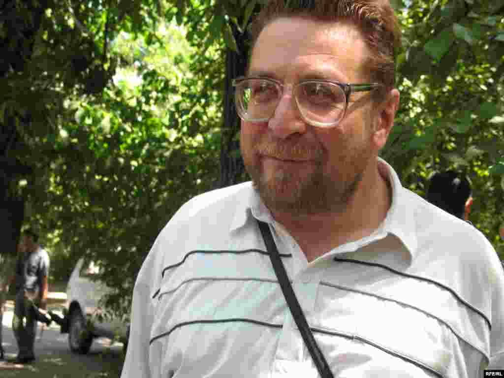 Андрей Свиридов, журналист и правозащитник. - Андрей Свиридов в беседе с журналистами комментирует акцию протеста. Алматы, 24 июня 2009 года.
