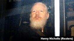 Julia Assange la arestarea sa de către poliția britanică, Londra, 11 aprilie 2019