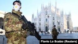 Військові в захисних масках на площі біля собору Дуомо – візитівки Мілану, який зачинений через коронавірус