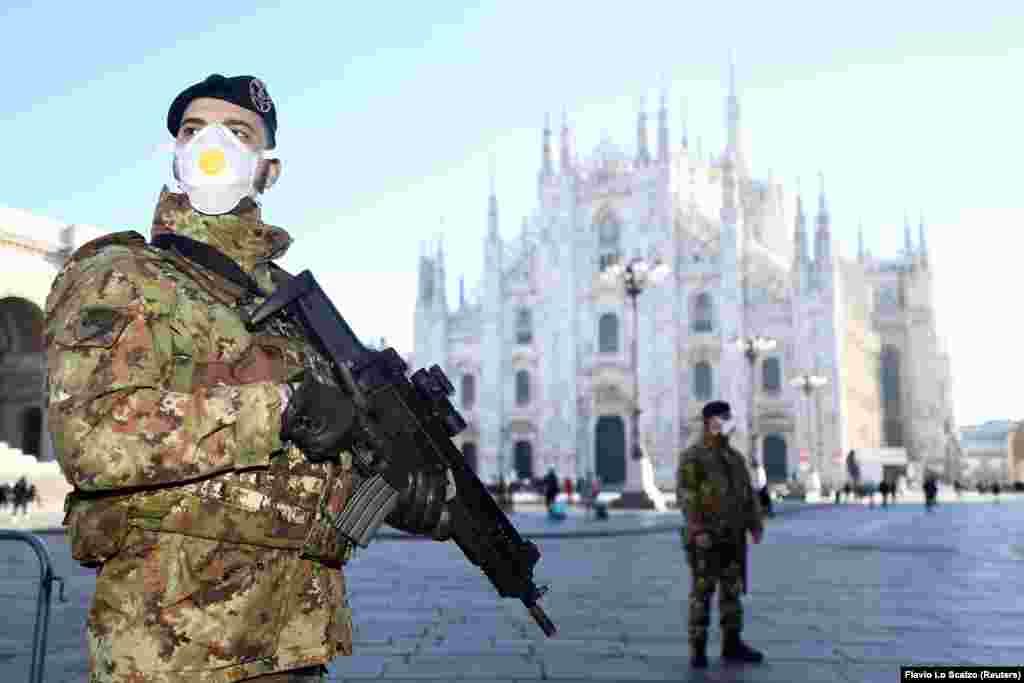 Военные в защитных масках на площади у главного собора Милана, который закрыт из-за коронавируса