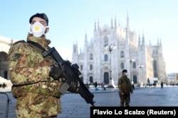 Мілан, Італія, 24 лютого 2020 року: закритий через спалах хвороби Міланський собор і військові патрулі в масках