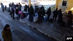 Люди на посту на границе с Россией. 13 февраля 2015 года. Иллюстративное фото.