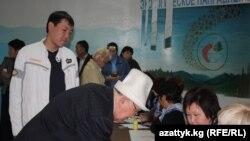 Бишкектин бир добушканасындагы добуш берүү, 10-октябрь.